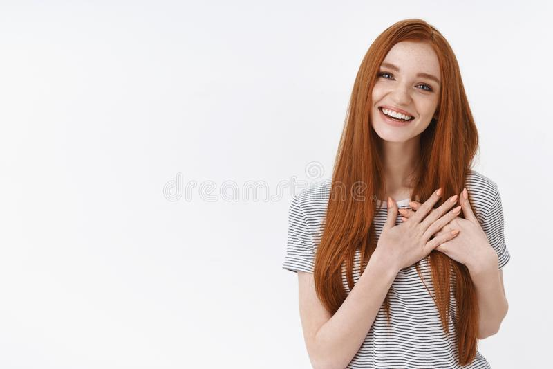 Vous avez collé mon coeur Sembler de flirt fille rousse féminine animée avec du charme d'offre de jeune heureux riant joyeux la p photo stock