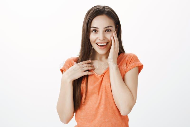 Vous avez dernière rumeur entendue Portrait de femme attirante enthousiaste énergique, souriant largement, couvrant la bouche et  photos libres de droits