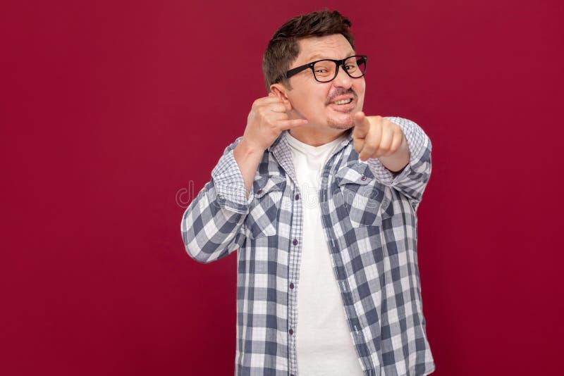 Vous devez m'appeler Portrait d'homme ?g? moyen bel d'affaires dans la chemise ? carreaux occasionnelle, lunettes se tenant avec  photos stock