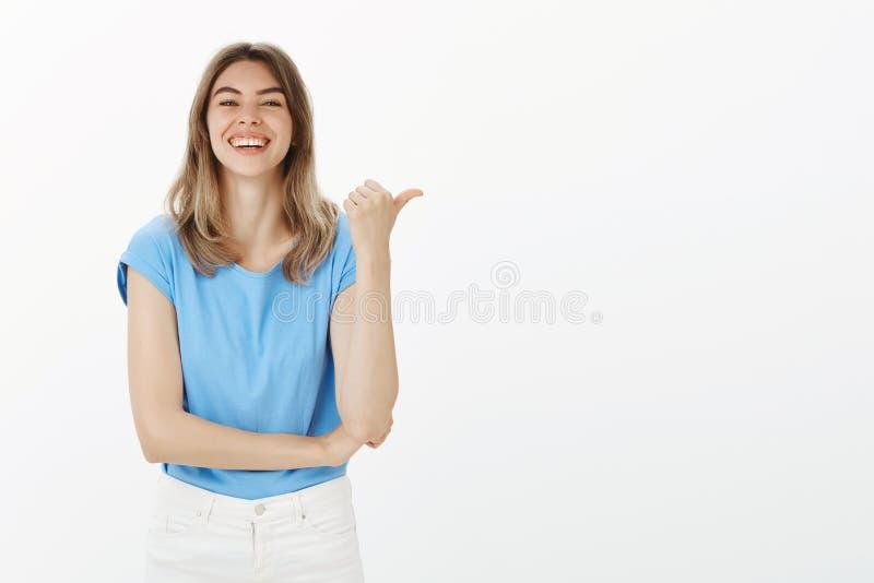 Vous devriez le vérifier vous-même Portrait de femelle blonde attirante heureuse amusée dans l'équipement occasionnel, se dirigea photo stock