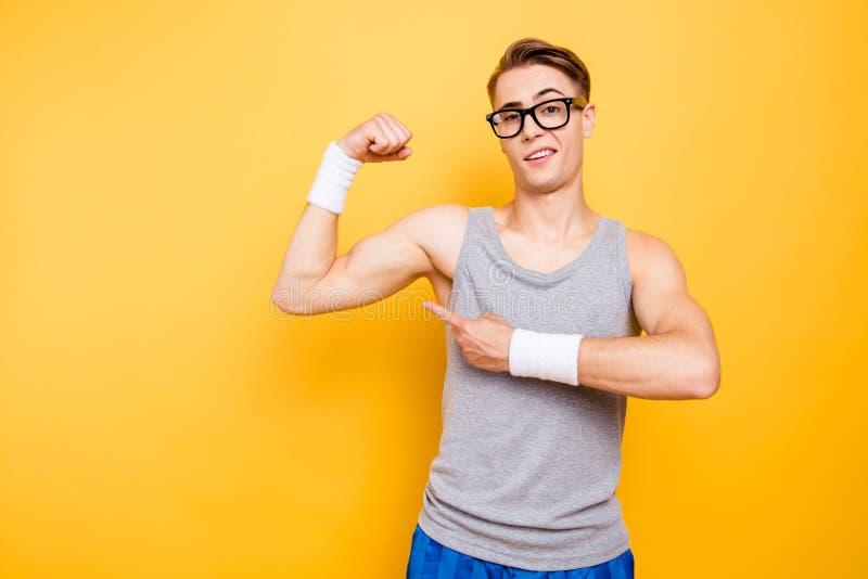 Vous l'avez vu portrait de biceps drôle d'exposition d'homme de jeune sur h photo libre de droits