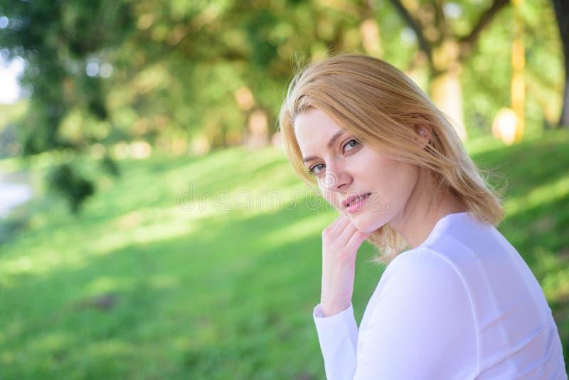 Vous méritez la fille de coupure et de repos détendant le fond vert de nature Concept normal de beauté La blonde apprécient natur photo stock