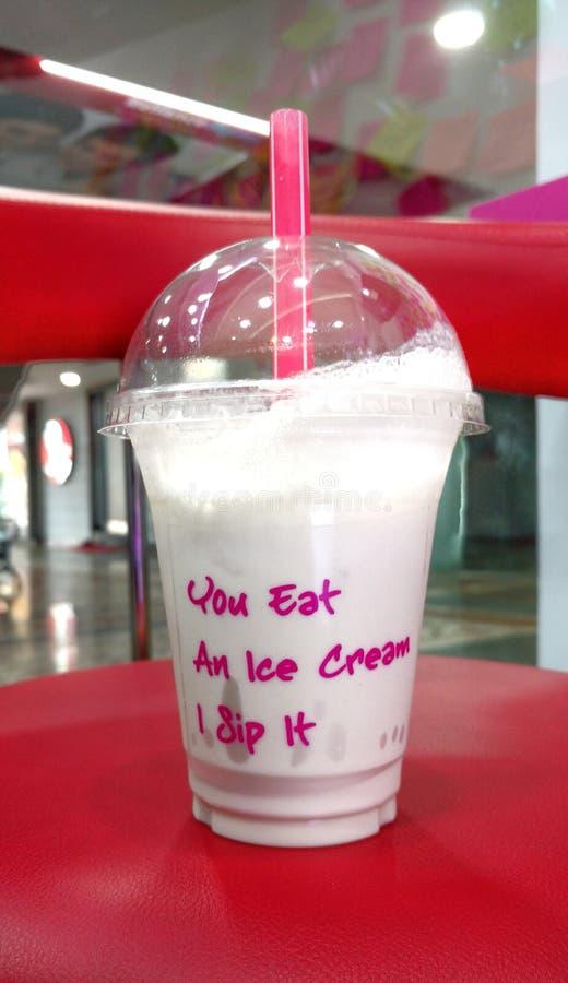 Vous mangez d'une glace que je la sirote images stock