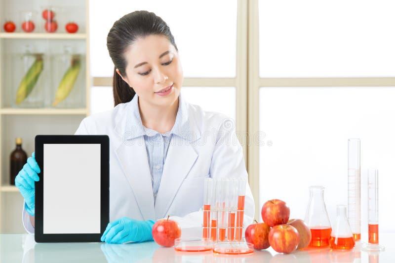 Vous pouvez découvrir l'information génétique de nourriture de modification sur l'interne photo libre de droits