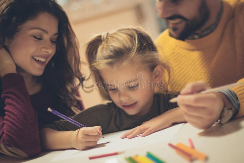 Vous travaillez à instruire votre enfant image stock