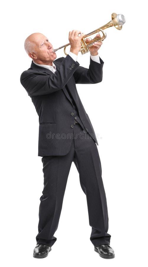 Vovô que joga na trombeta com o microfone no fundo branco fotos de stock