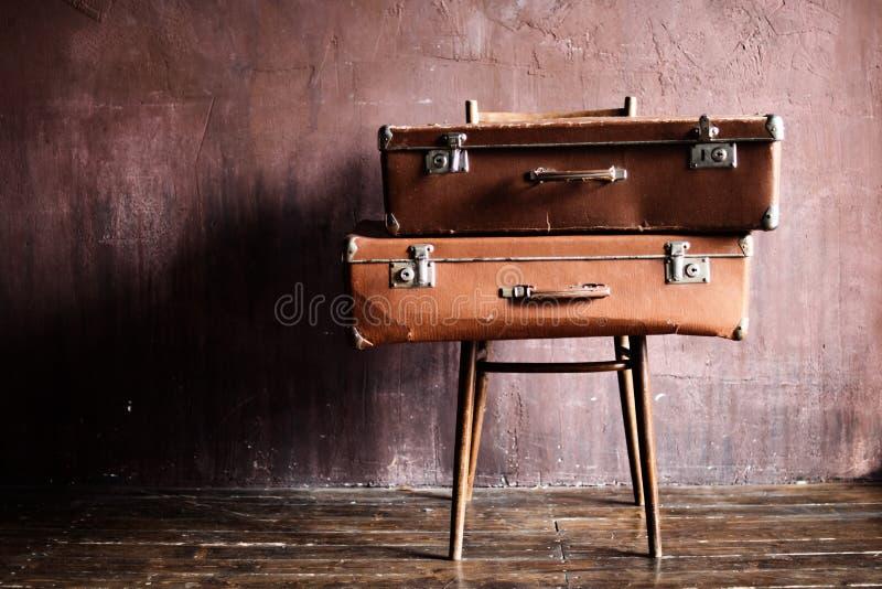 Voyage antique de valises empilé par vintage minable images libres de droits