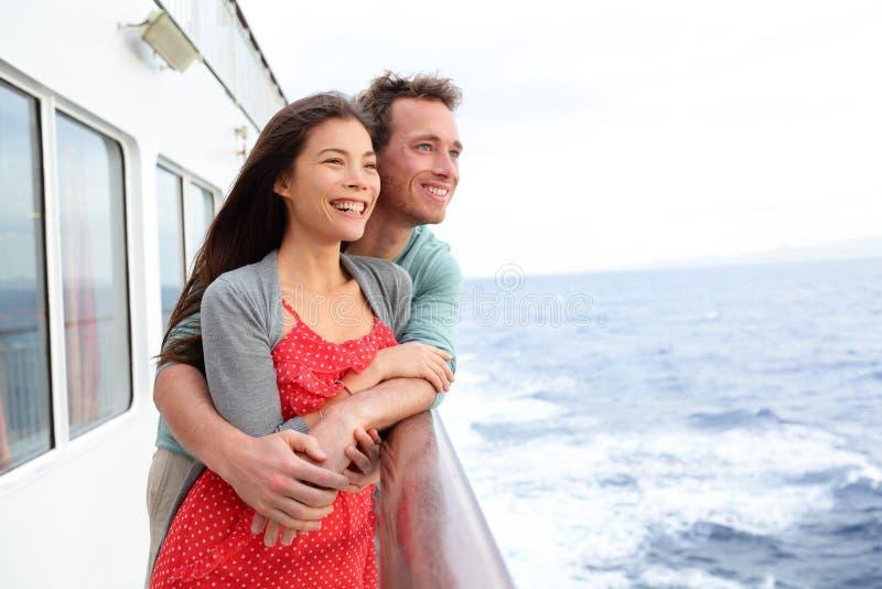 Voyage appréciant romantique de couples de bateau de croisière photos libres de droits
