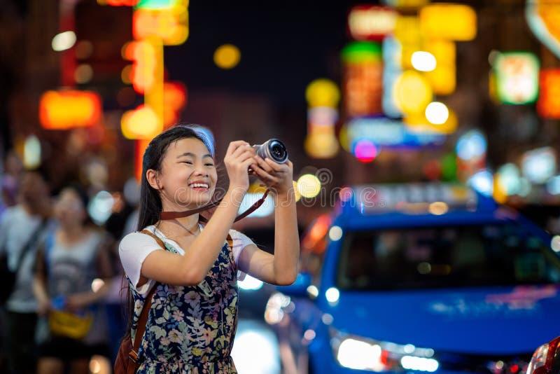 Voyage asiatique de dame dans la rue de nourriture de Yaowarat image stock