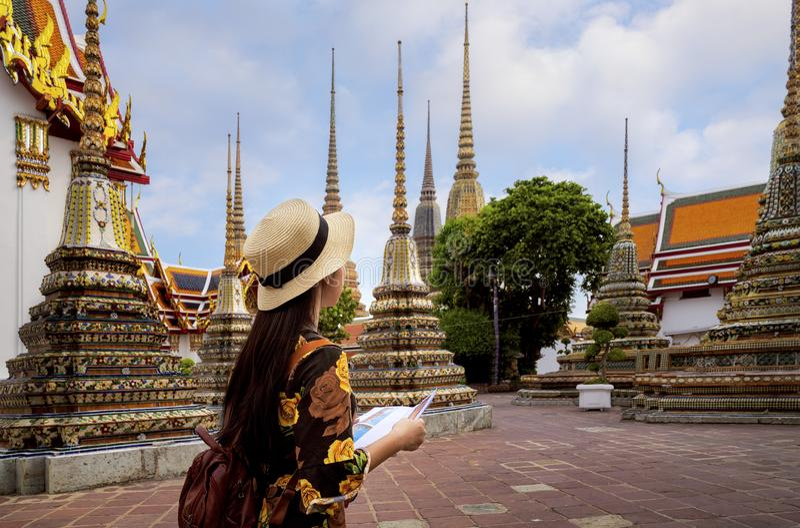 Voyage asiatique de dame dans le temple de Wat Pho photo stock