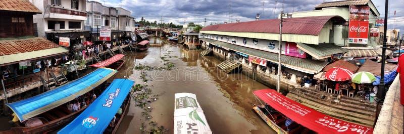Voyage au marché de flottement d'Amphawa images libres de droits