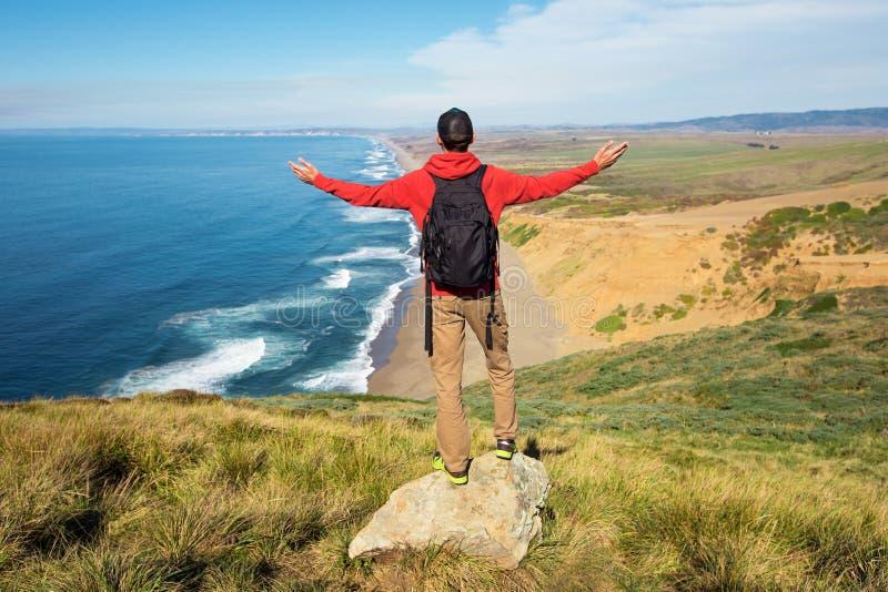 Voyage au point Reyes National Seashore, randonneur d'homme avec le sac à dos appréciant la vue, la Californie, Etats-Unis photographie stock libre de droits