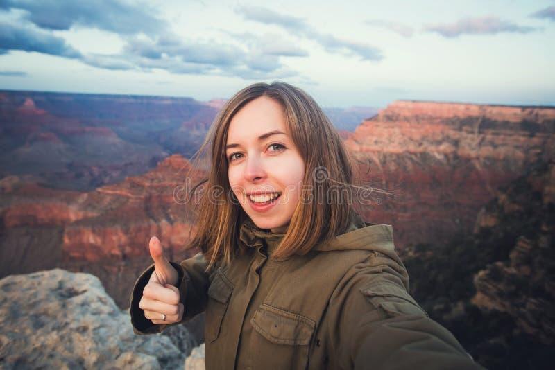 Voyage augmentant la photo de selfie du jeune bel étudiant d'adolescent au point de vue de Grand Canyon en Arizona photographie stock