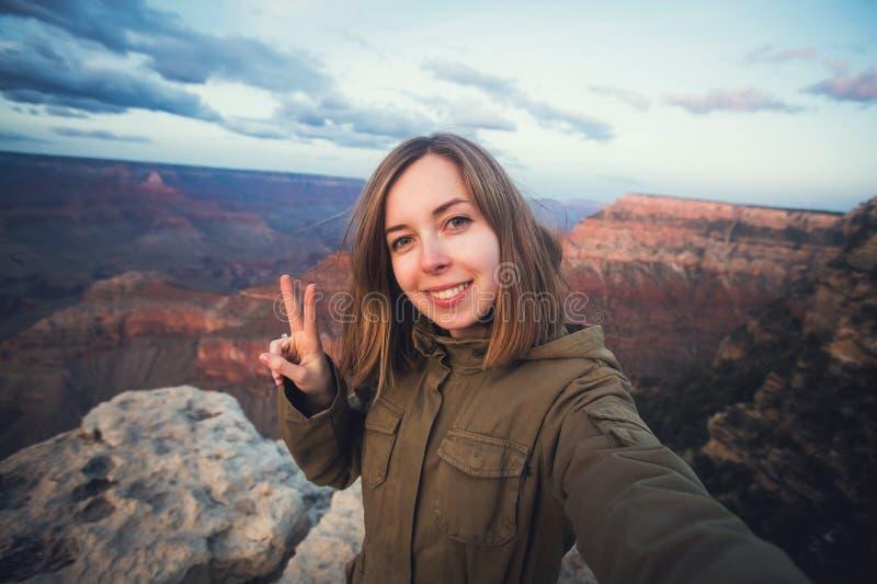 Voyage augmentant la photo de selfie du jeune bel étudiant d'adolescent au point de vue de Grand Canyon en Arizona photos stock