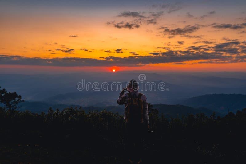 Voyage augmentant le long de la vue de Forest Mountain en Asie photographie stock libre de droits