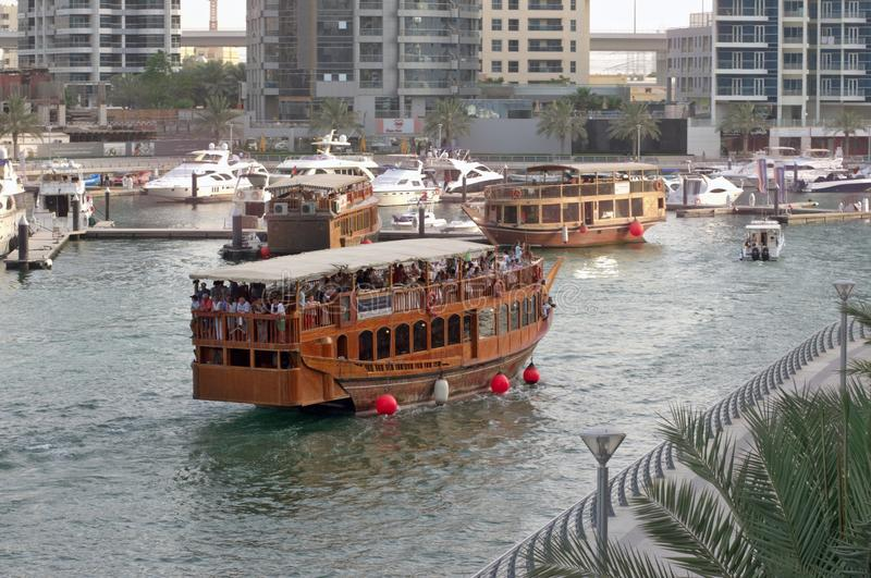 Voyage barche d'annata di legno sulle grandi di uno stile lungo il emba del mare fotografia stock