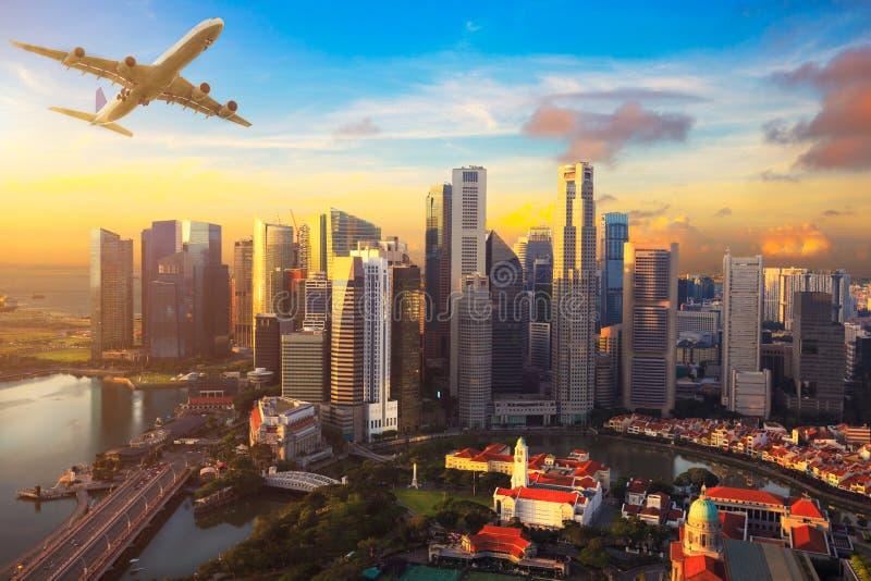 Voyage, concept de transport - avion volant au-dessus de Singapour photo libre de droits