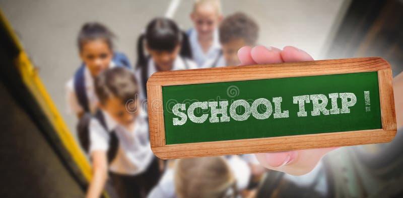 Voyage d'école ! contre les écoliers mignons montant dans l'autobus scolaire photos libres de droits