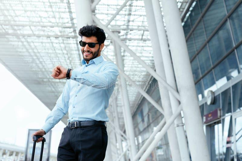 Voyage d'affaires Homme voyageant avec le cas à l'aéroport photos stock