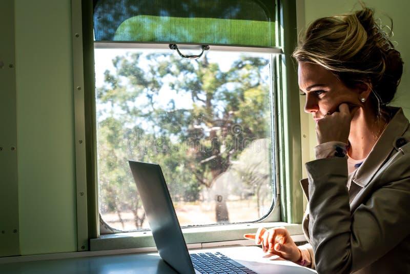 Voyage d'affaires sur un fonctionnement et explorer de train photos stock
