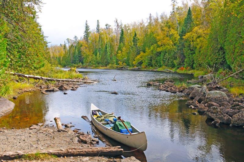 Voyage d'automne dans la région sauvage photos stock