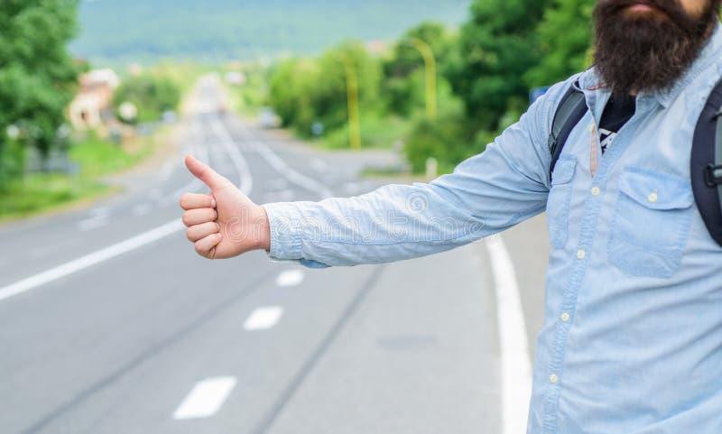 Voyage d'Autostop Prenez-moi Pouce vers le haut de fond de route de voiture d'arrêt d'essai de geste Geste de main faisant de l'a image libre de droits
