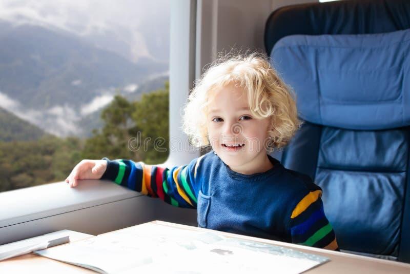 Voyage d'enfants par chemin de fer Voyage ferroviaire avec l'enfant image libre de droits
