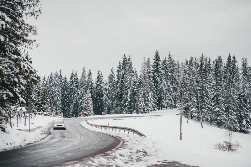 Voyage d'hiver en la voiture Route d'enroulement glissante d'hiver près de Zakopane poland images libres de droits