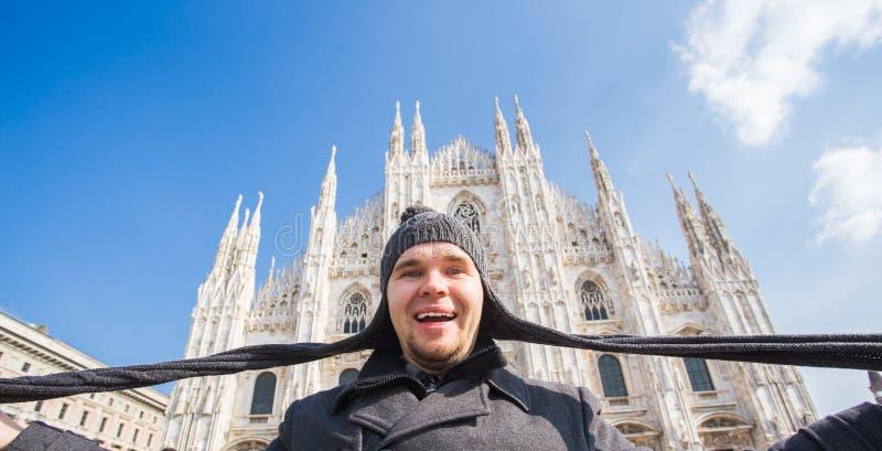 Voyage d'hiver, vacances et concept de holidas - jeune homme dr?le prenant le selfie pr?s de Milan Cathedral Duomo di Milano, Ita image libre de droits