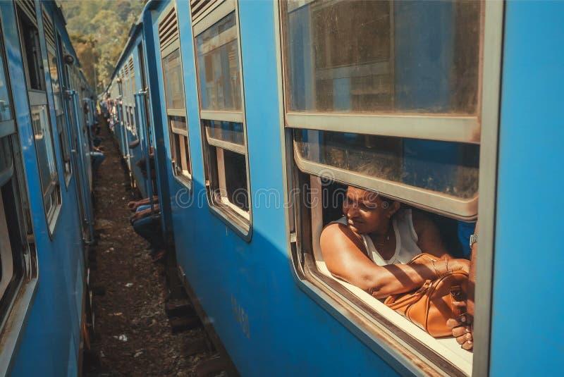 Voyage de attente de début de femme supérieure par chemin de fer bleu sur la gare ferroviaire photographie stock libre de droits
