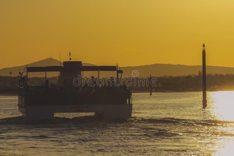 Voyage de bateau au coucher du soleil images libres de droits