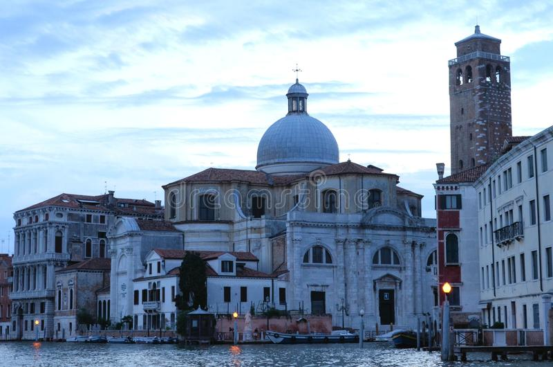 Voyage de bateau dans le tir coloré d'après-midi de paysage urbain de Venise Venezia Italie photographie stock libre de droits