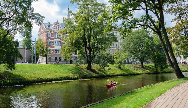 Voyage de bateau sur le kayak sur le canal de ville image stock