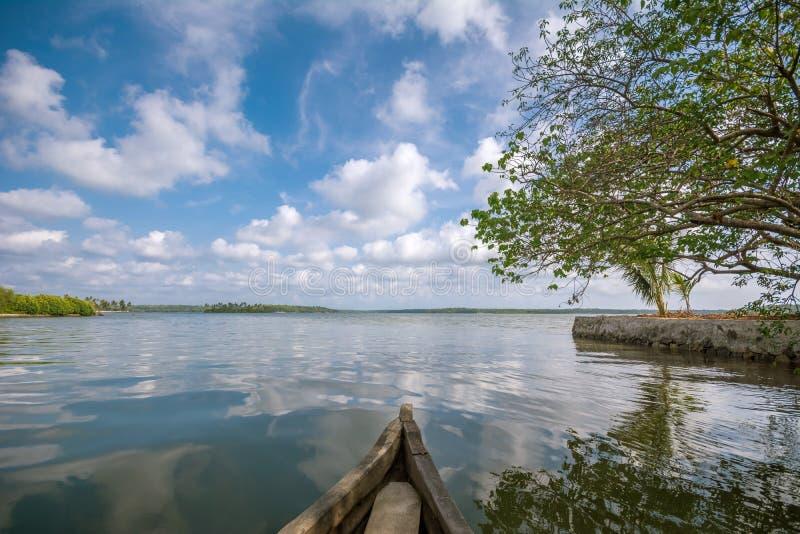 Voyage de cano? par le lac Ashtamudi, ?le de Munroe images libres de droits