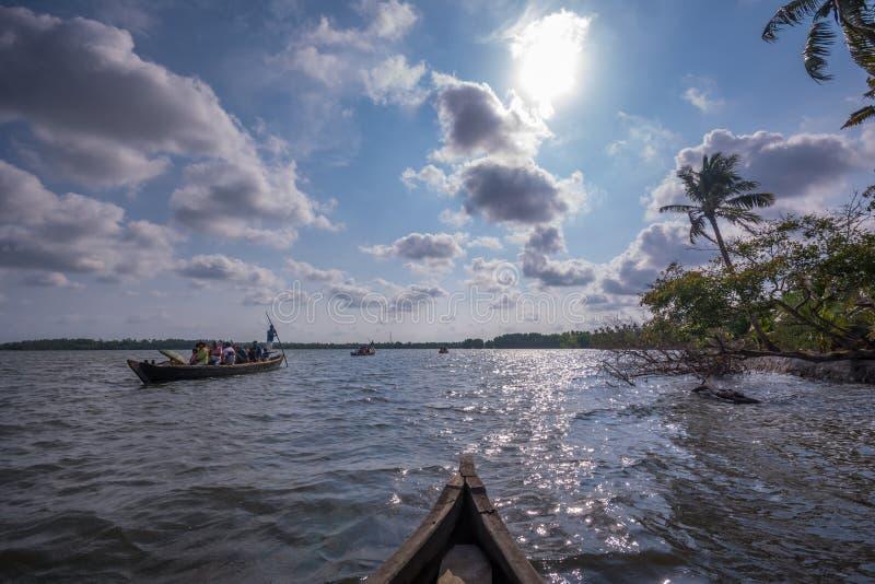 Voyage de cano? par le lac Ashtamudi, ?le de Munroe photos libres de droits
