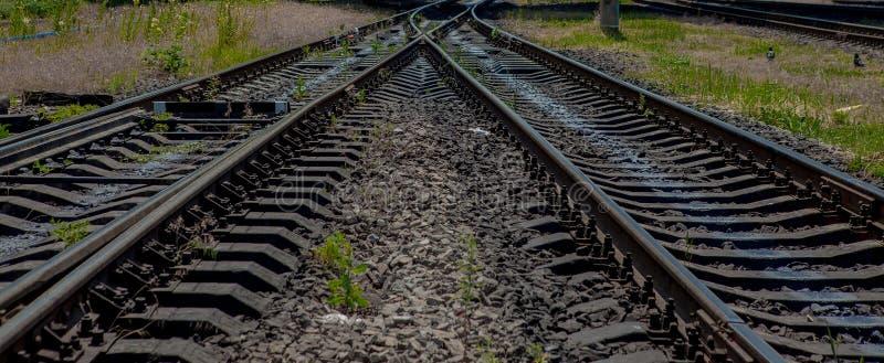 Voyage de chemin de fer, tourisme ferroviaire Chemin de fer brouillé transport photographie stock libre de droits