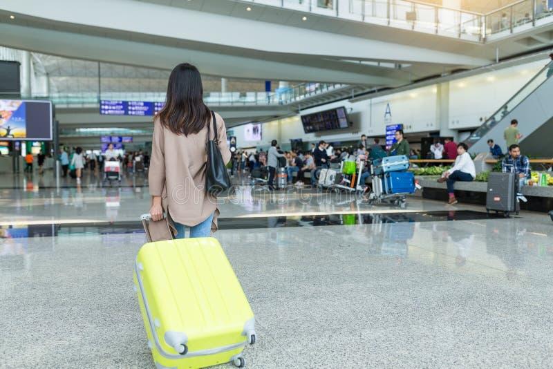 Voyage de femme avec son bagage images stock