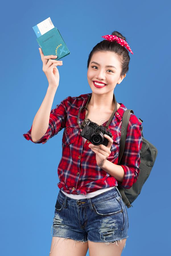 Voyage de femme Jeune beau voyageur asiatique de femme tenant le passp photo libre de droits