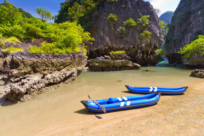 Voyage de kayak vers l'île sur le compartiment de Phang Nga images stock