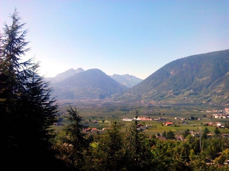 Voyage de montagnes images stock