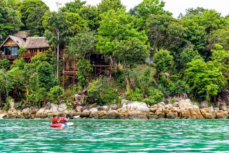 Voyage de père et de fille en le kayak chez Ko Lipe, Thaïlande photographie stock