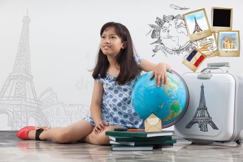 Voyage de pensée de fille autour du monde image libre de droits