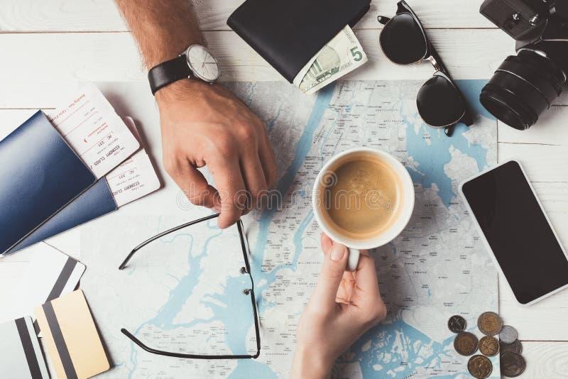 Voyage de planification de couples avec la carte photo libre de droits
