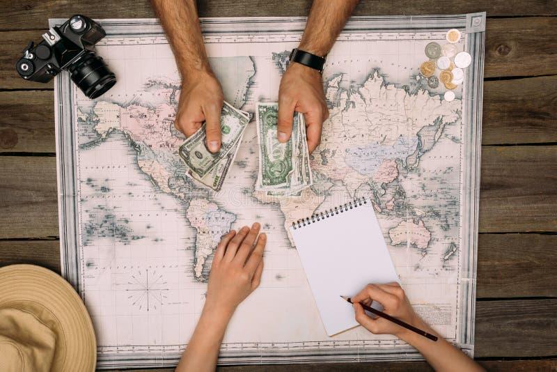 Voyage de planification de couples et argent de compte photo libre de droits