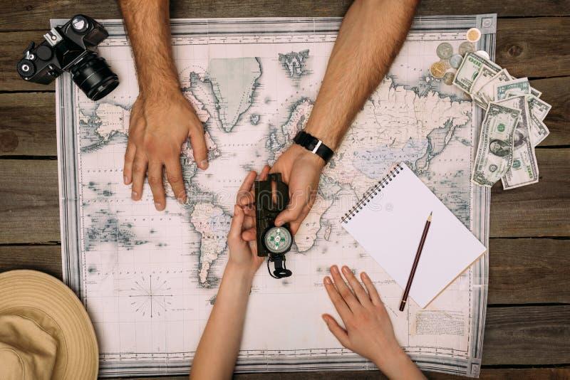 Voyage de planification de couples et regarder la boussole images libres de droits