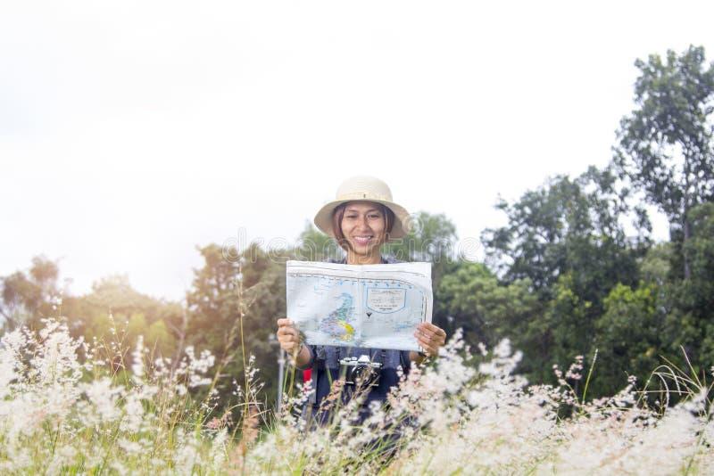 Voyage de sac à dos de femmes avec la carte photo stock