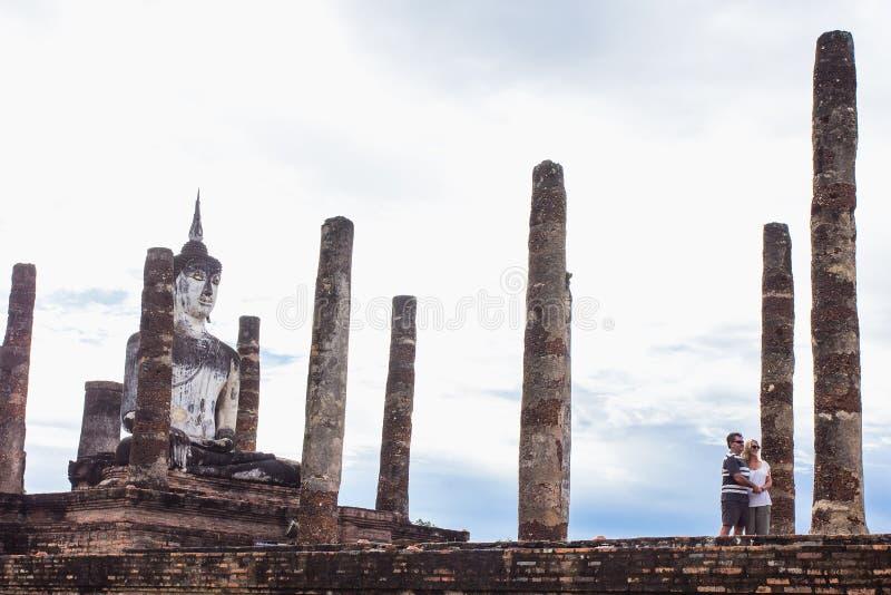 Voyage de touristes à la vieille image de Bouddha chez Wat Mahathat, parc historique de Sukhothai, Sukhothai Thaïlande photographie stock