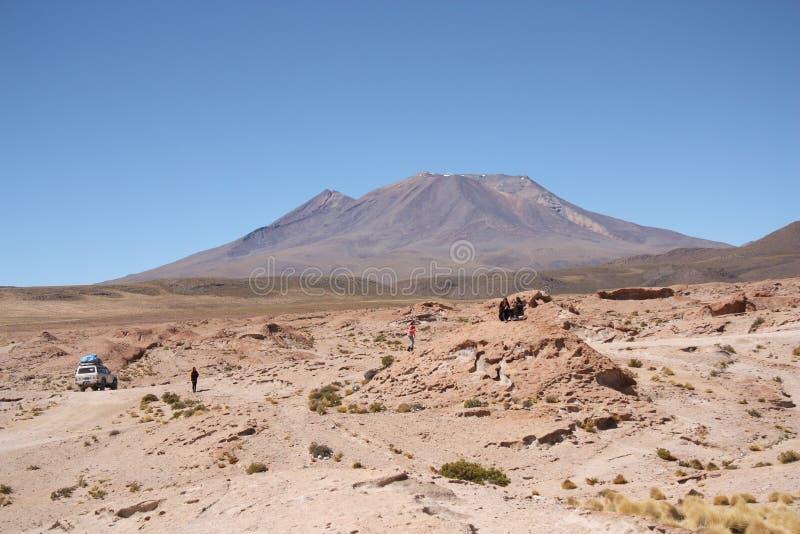 Voyage de touristes au volcan en Salar de Uyuni, Bolivie photo stock