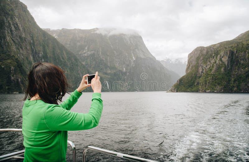 Voyage de touristes en Milford Sound, attraction naturelle de la Nouvelle Zélande la plus spectaculaire en île du sud du Nouvelle photo stock