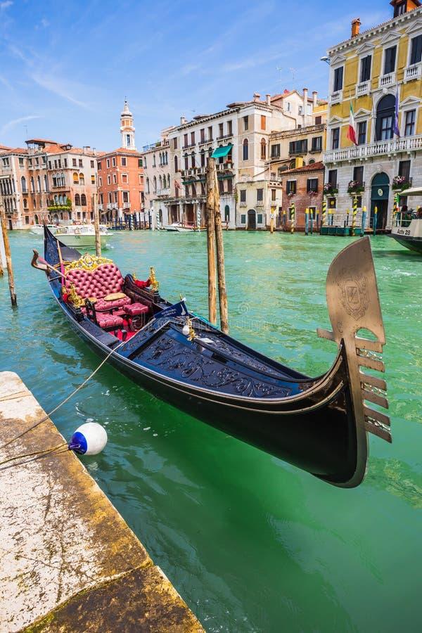Voyage de touristes sur des gondoles au canal images stock